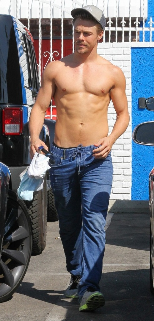 derek-hough-goes-shirtless-after-dwts-practice-01