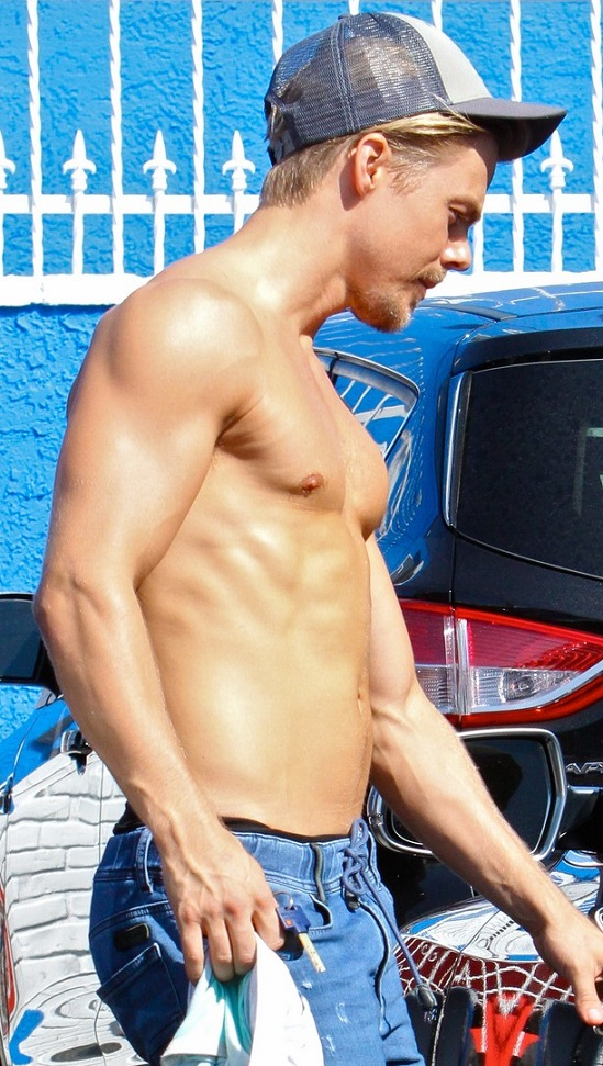 derek-hough-goes-shirtless-after-dwts-practice-02