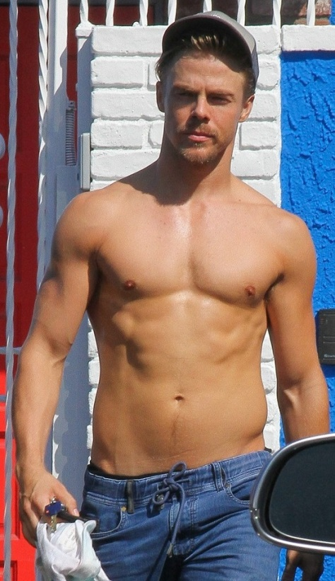 derek-hough-goes-shirtless-after-dwts-practice-04
